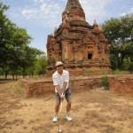 仏教遺跡の前でショットを打つ筆者(バガン・ゴルフリゾートにて)