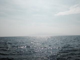 霞んで見える大島