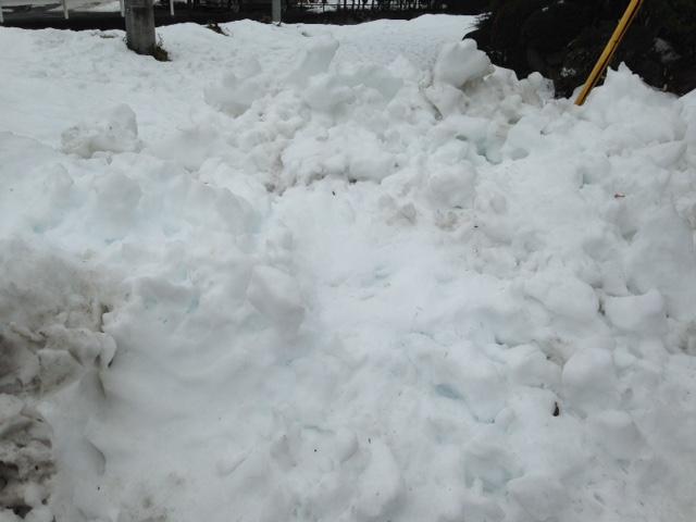 パワー・ショベルで積み上げられた 大雪塊