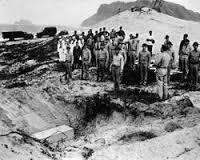 飯田大尉を埋葬する米軍