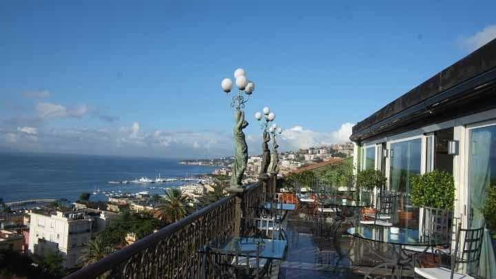 ナポリのホテルの朝食