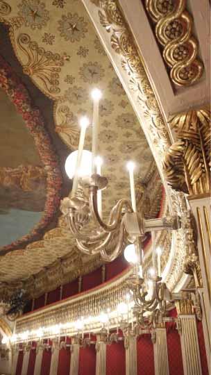 サンカルロ歌劇場桟敷席から天井のあかりシャンデリアをながめる。