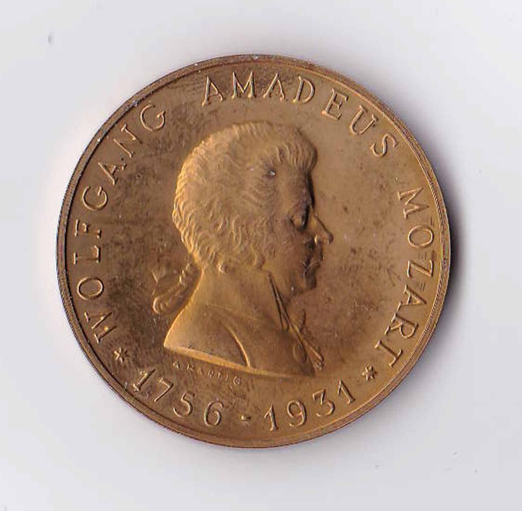 ウィーンのモーツァルトの家フィガロハウスで購入したモーツァルト・メダルです。